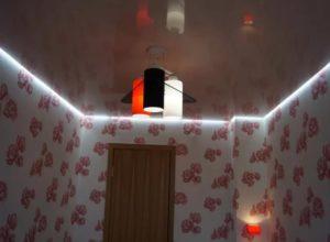Парящий натяжной потолок в комнате фото