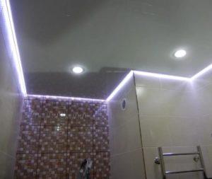 Парящий натяжной потолок ванная фото