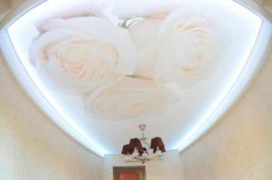 натяжной потолок фотопечать розы белые