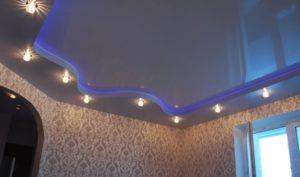 Натяжной потолок с подсветкой LED и светильниками