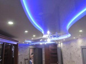 Натяжной потолок с подсветкой коридор