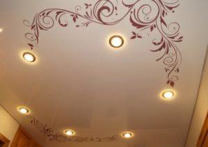 натяжной потолок с фотопечатью вензеля