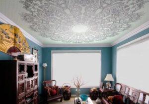 натяжной потолок с фотопечатью комната ажурный рисунок