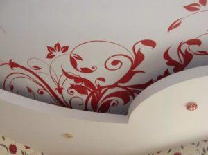 натяжной потолок с фотопечатью на кухне фото