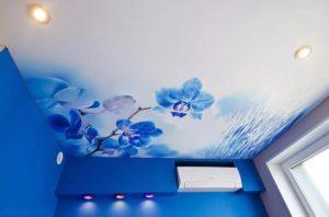 натяжной потолок с фотопечатью синии цветы