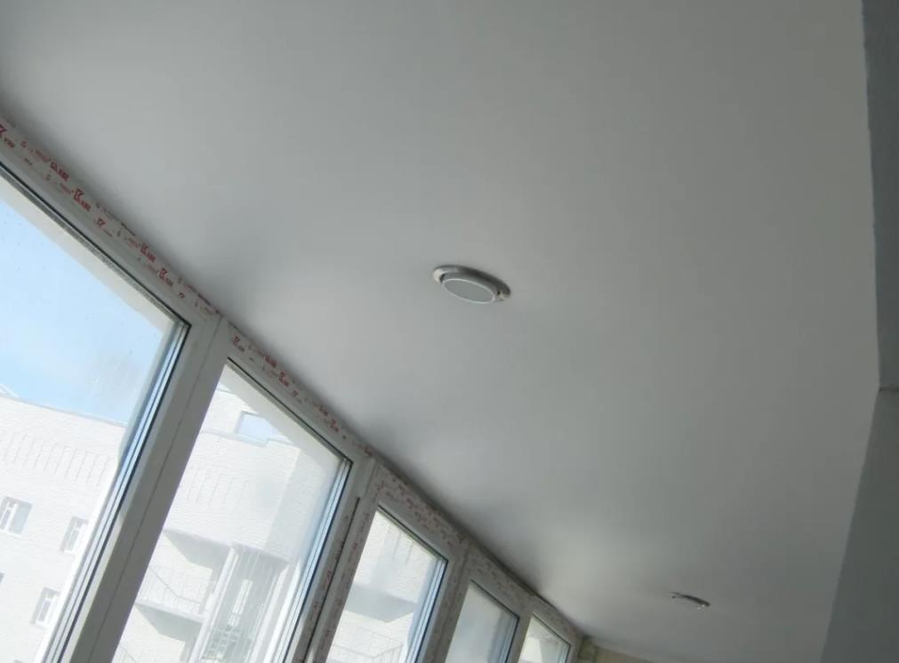 натяжной потолок на балконе лоджии 27