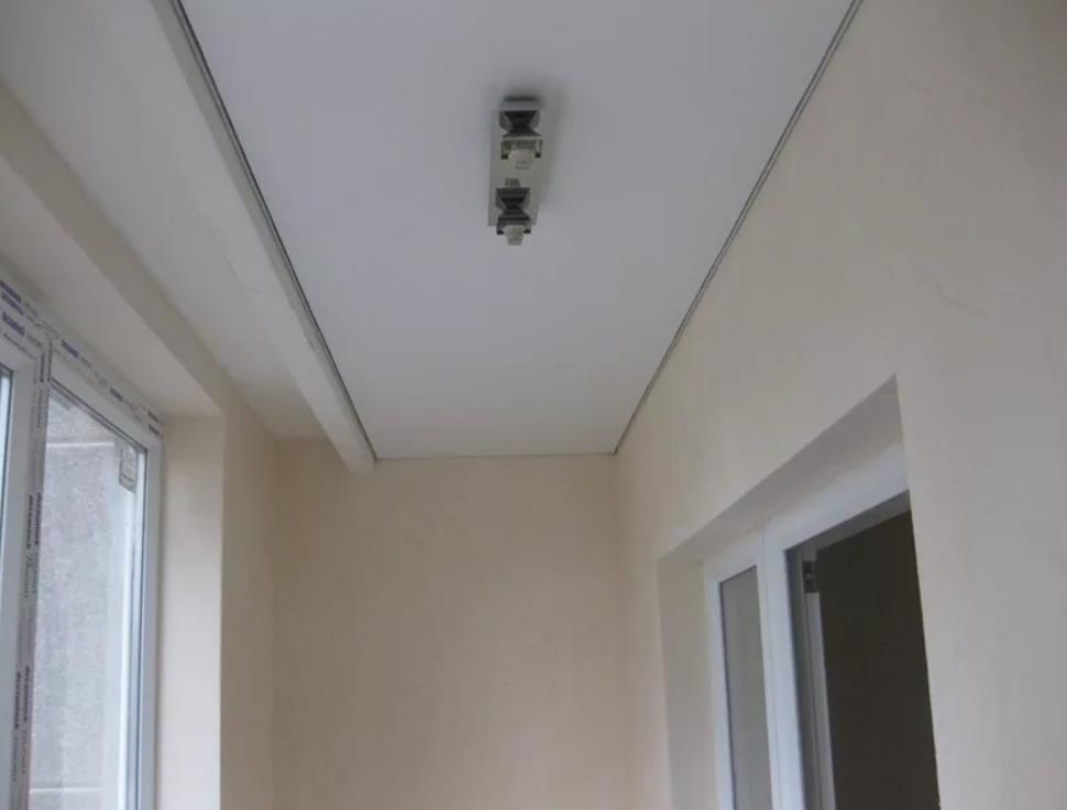 натяжной потолок на балконе лоджии 8