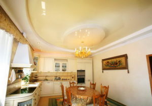 Натяжной потолок на кухне 43