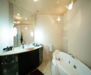 фото натяжных потолков в ванной и туалете