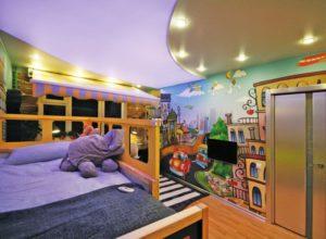 натяжной потолок в детской 29