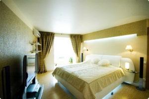 Натяжной потолок в спальне 48