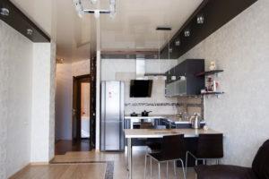 Натяжной потолок на кухне 38