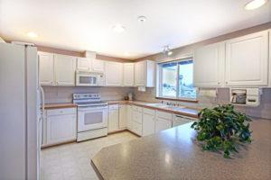 Натяжной потолок на кухне 45