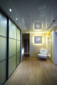 натяжной потолок в коридоре 46