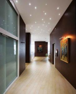 натяжной потолок в коридоре 12