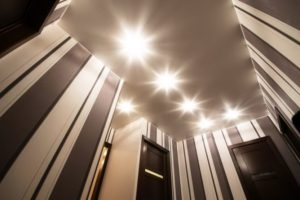 натяжной потолок в коридор 1